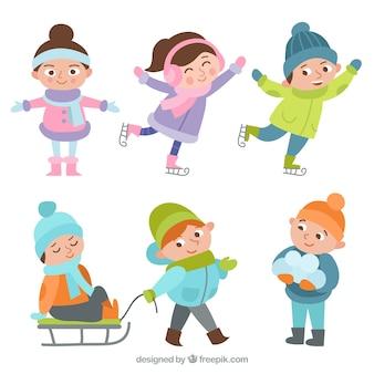 Набор милых детей, практикующих зимние виды спорта