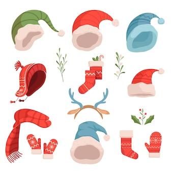 かわいいクリスマスサンタとエルフの帽子、帽子、ミトンのセット。白い背景の上のクリスマスのイラスト