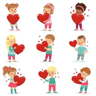 손에 종이 빨간 하트와 귀여운 아이 캐릭터의 집합입니다. 사랑스러운 유아. 남자와 여자의 귀여운 만화 그림입니다. 발렌타인 데이 카드, 포스터 또는 인쇄용 어린이. 화이트.