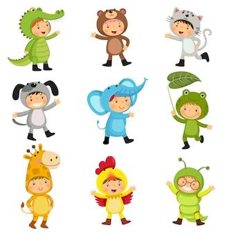 Набор милых детей в костюмах животных
