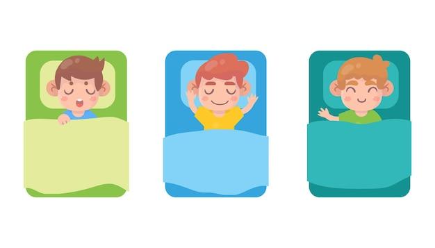 침대에서 귀여운 작은 소년 수면 세트