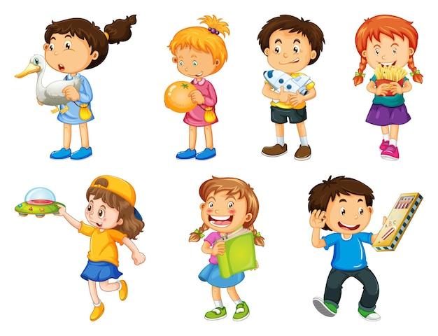 Набор разных малышей, играющих со своими игрушками мультипликационный персонаж, изолированные на белом фоне