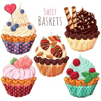 Набор различных видов сладких корзин со сливками, украшенными ягодами, шоколадом или орехами.