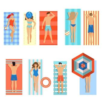 Набор разных людей, женщины и мужчины, лежа на пляже, летнее жаркое время