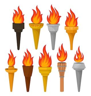 Набор различных факелов с ярко горящим огнем. горячее красно-оранжевое пламя. для мобильной игры или рекламного плаката