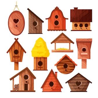 白い背景に分離された異なる木製手作り鳥の家のセット。