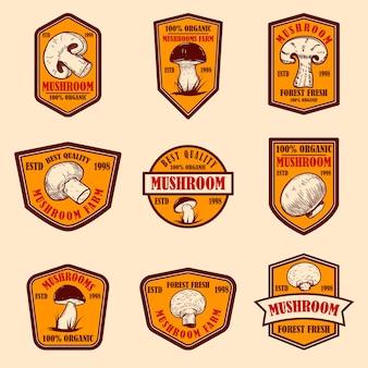 きのこが付いているエンブレムのセット。ポスター、ロゴ、ラベル、サイン、バッジのデザイン要素。