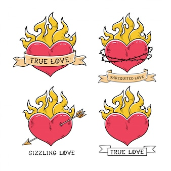 리본으로 불타는 심장 문신의 집합입니다. 진정한 사랑. 불에 타는 마음. 하트는 금색 화살표로 뚫었습니다. 지글 지글 사랑. 가시 왕관에 심장입니다. 올드 스쿨 스타일.