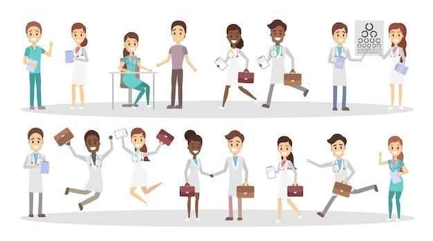 Набор забавных персонажей доктора с различными позами, эмоциями лица и жестами. улыбающиеся медработники с портфелями разговаривают с пациентами, бегают и прыгают. иллюстрация