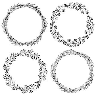 잎, 꽃, 열매와 손으로 그린 꽃 화 환의 집합입니다. 둥근 프레임. 흑백 스케치 스타일의 디자인을위한 장식 요소.