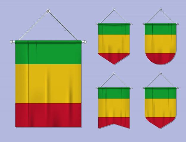 Набор висящих флагов мали с текстильной текстурой. разнообразие форм национального флага страны. вертикальный шаблон вымпела