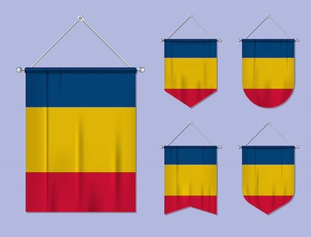 掛かる旗のルーマニアの繊維質感のセットです。国旗の国の多様性の形。垂直テンプレートペナント。