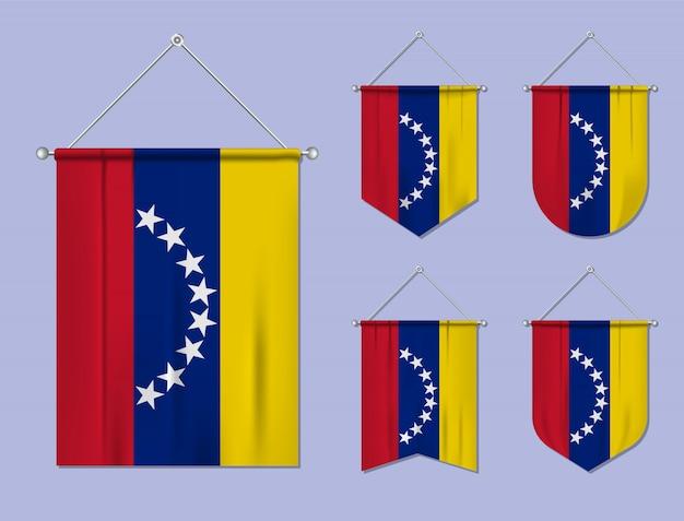 Набор висящих флагов венесуэлы с текстильной текстурой. разнообразие форм национального флага страны. вертикальный шаблон вымпела.