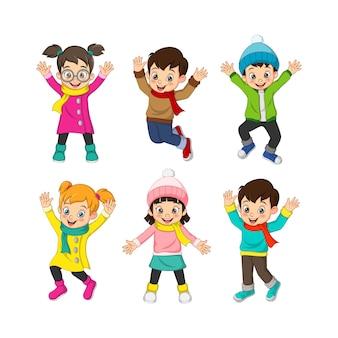 Набор счастливых детей в зимней одежде