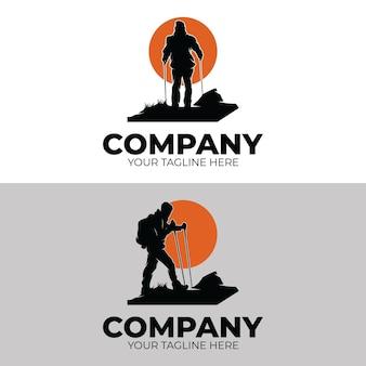 ハイキングアドベンチャーのロゴデザインのインスピレーションのセット