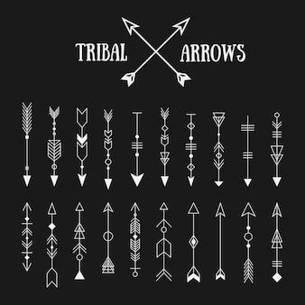 黒板背景に流行に敏感な部族の矢印のセット。ラインのビンテージデザインコレクション。エスニックインクセット。