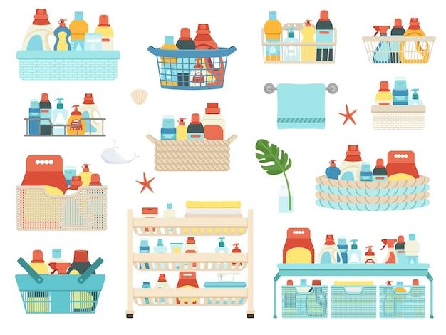 Набор бытовой химии, шампуней и средств гигиены для ванной в корзинах.