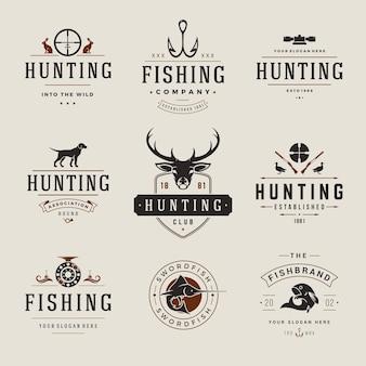 사냥 및 낚시 레이블, 배지, 로고 빈티지 스타일의 집합입니다. 사슴 머리, 사냥꾼 무기, 숲 야생 동물 및 기타 물건. 광고 사냥꾼 장비.