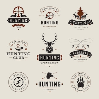 狩猟や釣りのラベル、バッジ、ロゴのビンテージスタイルのセットです。鹿の頭、狩猟用の武器、森の野生動物、その他の物。ハンター機器の宣伝。