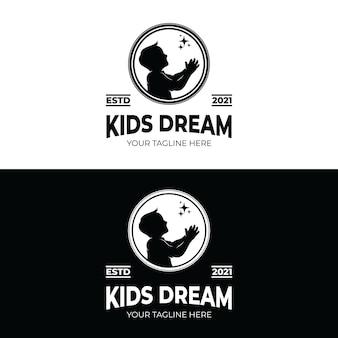 Набор детей, достигающих звездного логотипа
