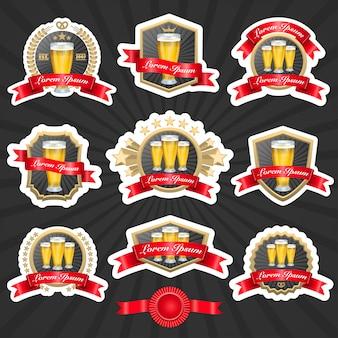 ビールと装飾的なリボンベクトルillustationの完全なガラスが付いているラベルのセット