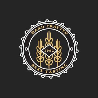 Набор линейных пивоваренных логотипов. этикетки с бутылками и хмелем