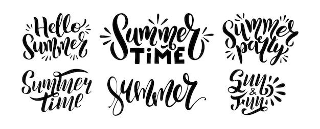 로고 텍스트 세트 - 안녕하세요 여름, 여름 시간, 파티, 태양 및 재미. 흰색 배경에 격리된 손으로 그린 글자가 있는 포스터의 타이포그래피. 엽서, 배너, 인쇄에 대 한 벡터 일러스트 레이 션. 프리미엄 벡터