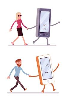 男と女のスマートフォンで歩くのセット