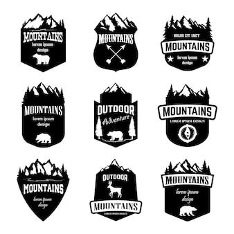 山のセット、屋外のキャンプのエンブレム。ロゴ、ラベル、バッジ、記号の要素。図