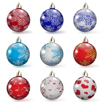 다양 한 장신구와 여러 가지 빛깔 된 크리스마스 볼 세트