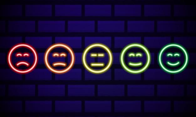 Набор смайликов неоновая улыбка, изолированные на темной кирпичной стене. иконки линии. счастливые и несчастные смайлы. набор эмодзи. набор цветов смайликов.