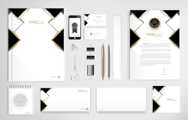Набор офисных документов для бизнеса включает ноутбук, планшет, смартфон, ручка, карандаши, скрепку