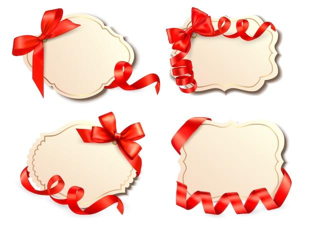 リボン付きの赤いギフトの弓と古いカードのセット