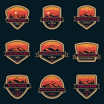 登山、スカウト、フォレストレンジャー、ビンテージシールドスタイルの屋外ギアショップのオレンジ色の屋外と冒険ロゴバッジテンプレートのセット