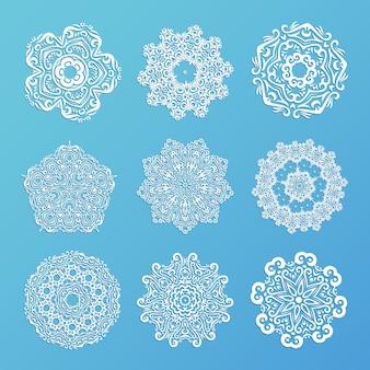 装飾用の雪片のセット。インドの曼荼羅スタイル。デザインの要素。ラウンドレース。