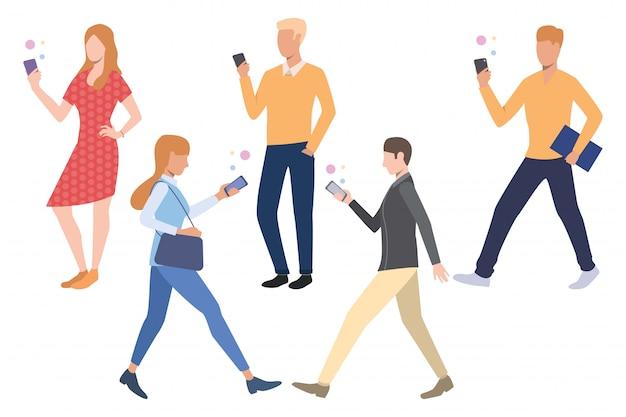 スマートフォンを使用している人々のセット 無料ベクター