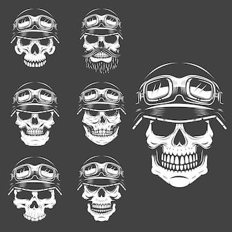 白い背景の上のレーサーの頭蓋骨のセットです。ロゴ、ラベル、エンブレム、ポスター、tシャツの要素。図。