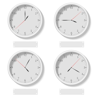 さまざまな時間を示す現実的な古典的な丸い時計のセット