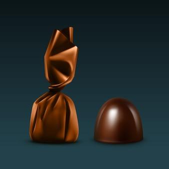컬러 브라운 광택 호일 래퍼에 현실적인 다크 블랙 쓴 초콜릿 사탕 세트는 어두운 배경에 격리 닫습니다