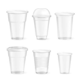 Набор реалистичных пластиковых одноразовых стаканов различного размера на белом, изолированные
