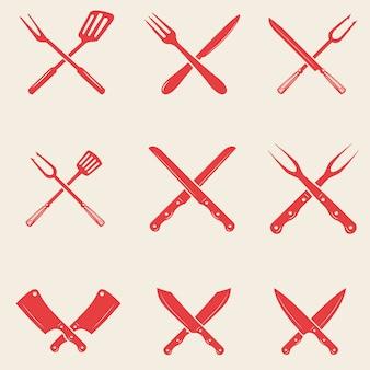 レストランナイフアイコンのセットです。クロスフォーク、キッチンヘラ、肉屋の斧。ロゴ、ラベル、エンブレム、看板、ポスター、tシャツの要素。図