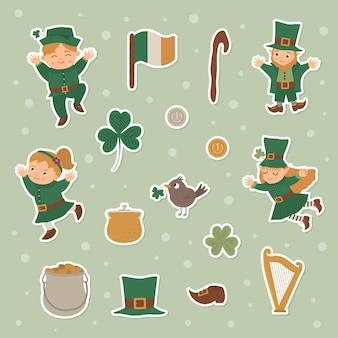 세인트 패트릭 데이 스티커 세트. 국가 아일랜드 휴가 기호. 토끼풀과 전통적인 물건으로 녹색 옷을 입은 귀여운 재미있는 레프 러콘 요정.