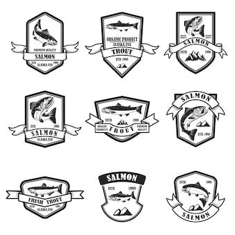 サーモンとマスのエンブレムのセット。ロゴ、ラベル、サイン、ポスター、バナーのデザイン要素。