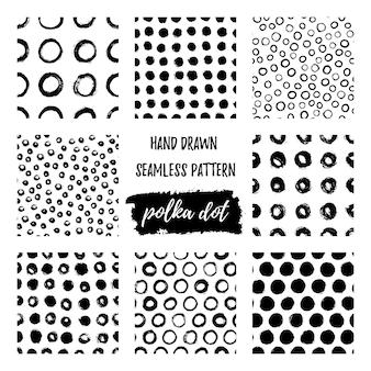 브러시로 그린 원활한 폴카 도트 패턴 손의 집합입니다. 벡터 동그라미의 흑백 그런 지 질감입니다. 직물, 벽지, 티셔츠 인쇄를 위한 간단한 스타일의 스칸디나비아 배경