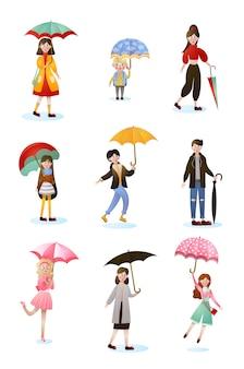Набор улыбающихся людей персонажей разных возрастов с зонтиками