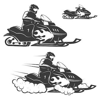 Комплект иллюстраций снегохода с водителем на белой предпосылке. элементы для логотипа, этикетки, эмблемы, знака, торговой марки.