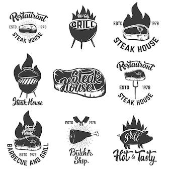 ステーキハウスのエンブレムのセットです。グリルされた肉。ロゴ、ラベル、エンブレム、記号、バッジの要素。図