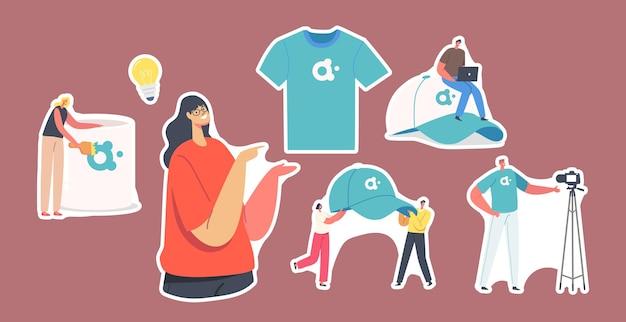 Набор символов наклеек с рекламной продукцией для идентичности бренда. женщина представляет футболку, крошечные человечки с огромной кепкой, кружку с логотипом компании для рекламы. мультфильм люди векторные иллюстрации