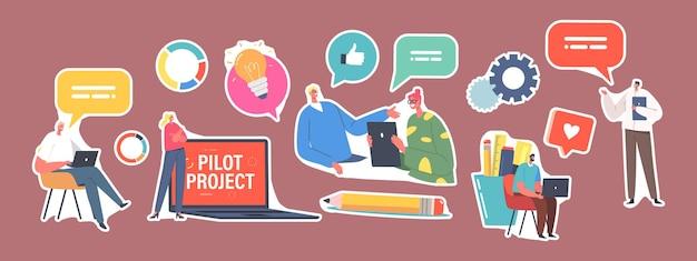 ステッカーフォーカスグループミーティングのセット。巨大なラップトップの小さなビジネスマンがパイロットスタートアッププロジェクトと財政問題の解決について話し合います。同僚のブレインストーミング、会議。漫画の人々のベクトル図