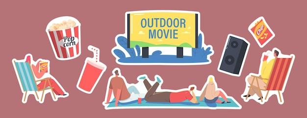 스티커 야외 영화, 야외 영화 테마의 집합입니다. 대형 스크린 시청 영화, 팝콘 양동이, 소다 음료 컵, 역학의 지상 전면에 앉아 있는 캐릭터. 만화 사람들 벡터 일러스트 레이 션